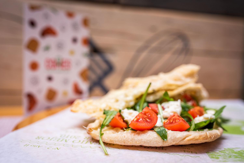 Focaccia vegetal con mozzarella fresca calabacín, rúcula y tomates cherry