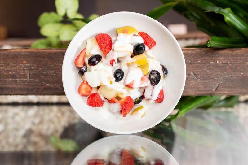 Fruta fresca con yogur